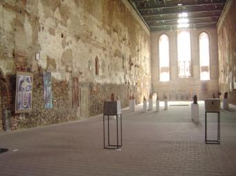 Die Klosterkirche währen der Ausstellung 2004 vom Künstlergut Prösitz (c) Foto von Susanne Haun